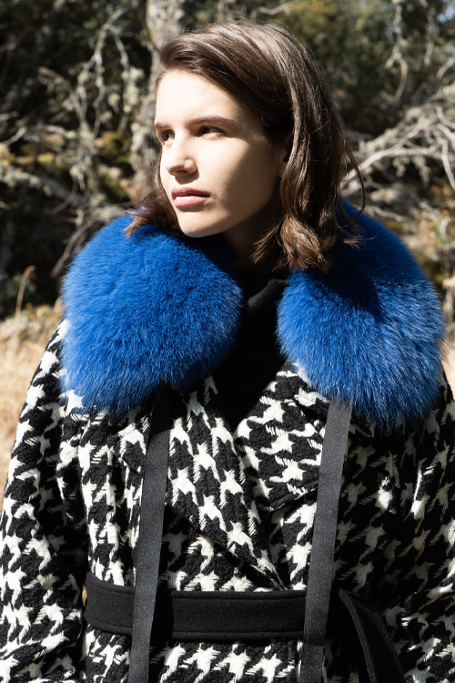 0010 TRISHA SAGA FOX FUR SHAWL (blue)